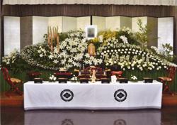 茨城県水戸市のオケキ葬祭セレモニーホールでの花祭壇での葬儀画像