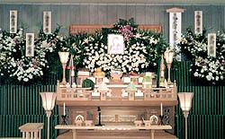 神式と花祭壇を組み合わせた葬儀の施行画像